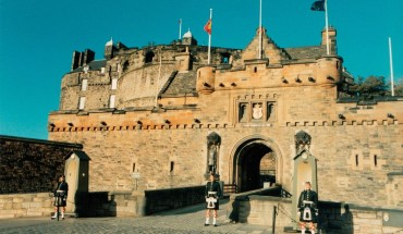 1200px-Sentries_at_Edinburgh_Castle_Gatehouse