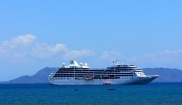 cruise-ship-in-bay