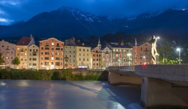 1280px-Innsbruck_at_blue_hour
